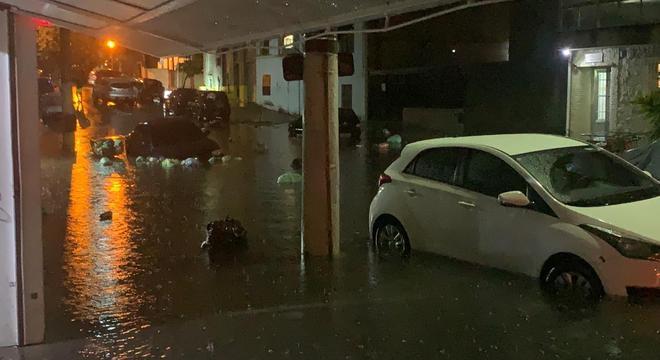 Rua Dom Duarte Leopoldo, no Cambuci, ficou alagada durante temporal