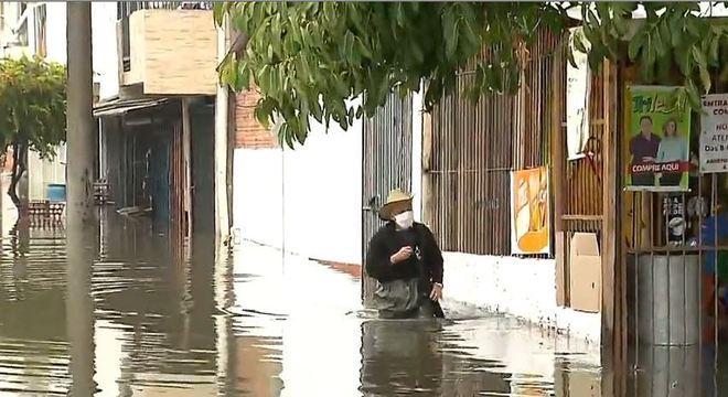 Chuva intensa em Porto Alegre deixa ruas alagadas e pessoas ilhadas