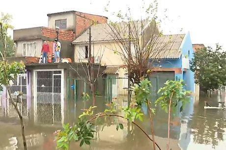 Pessoas estão ilhadas aguardando água baixar