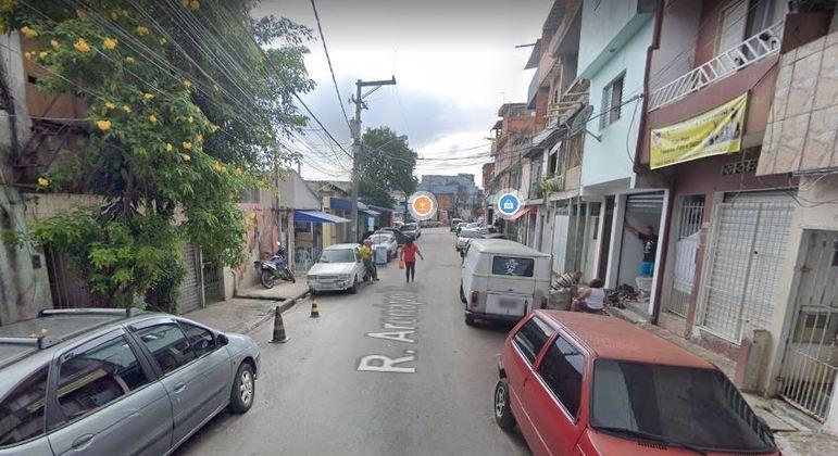 Vítima foi atacada na frente de casa, na rua Arenápolis, zona norte de São Paulo