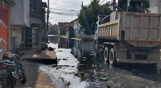 Rua Tite de Lemos, na Vila Seabra, ainda tem água parada e sujeira na via