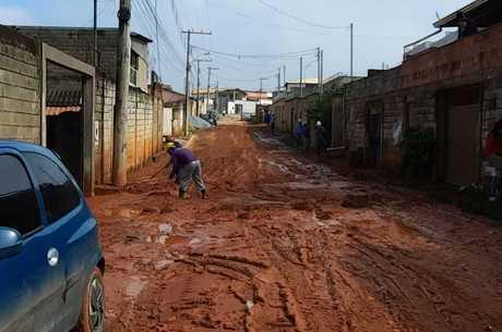 Rua ficou tomada pela lama após a chuva forte