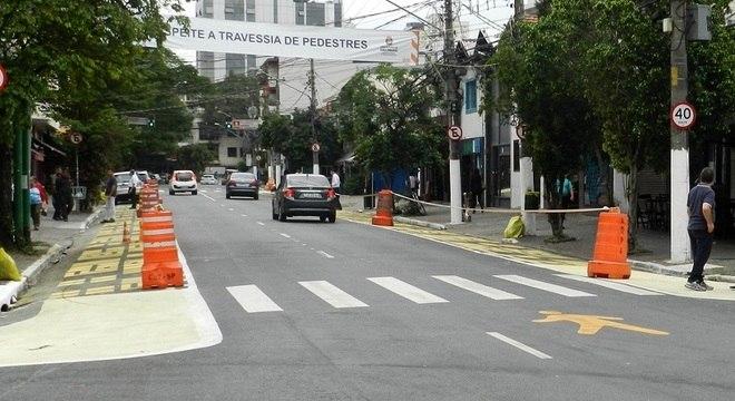 Local pintado de amarelo alarga as calçadas na rua dos Pinheiros, em SP