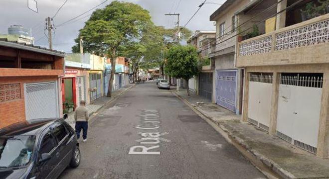Casal foi atacado na rua Jaçanã, em Embu das Artes, região metropolitana de SP