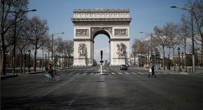 França voltou a adotar medidas de isolamento após novo aumento de infecções