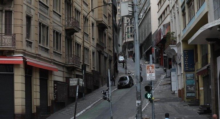 Ruas vazias no centro de São Paulo durante a fase vermelha temporária no estado