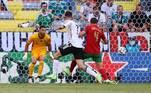 Pela Euro 2020, a Alemanha venceu Portugal por 4 a 2 neste sábado (19). O feito bizarro dessa partida foi como se deu esse resultado: uma virada com dois gols contra. Portugal abriu o placar na primeira etapa, mas a Alemanha que impunha o ritmo do jogo e, rapidamente, fez dois gols com as ajudas de Rubén Dias e Raphael Guerreiro, que tentando evitar os gols da Alemanha, empurraram para o fundo do próprio gol. Parecia uma nova versão do 7 a 1, mas os alemães pararam no quarto gol e, no final da partida Portugal conseguiu descontar com Diogo Jota