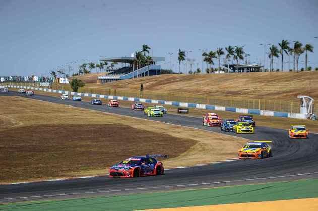 Rubens Barrichello rapidamente assumiu a ponta da corrida 2 em Goiânia