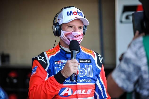 Rubens Barrichello respeitou as medidas sanitárias e usou máscara ao dar entrevista
