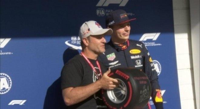 Rubens entrega trofeu de pole para Verstappen