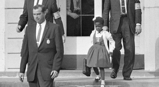 Escoltada por agentes federais, Ruby Bridges deixa a escola em novembro de 1960