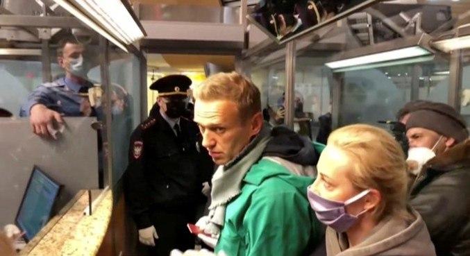 Navalny foi detido  pela polícia por ter tempo de prisão a cumprir