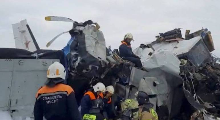 Especialistas trabalham no local onde o avião que transportava 22 pessoas caiu