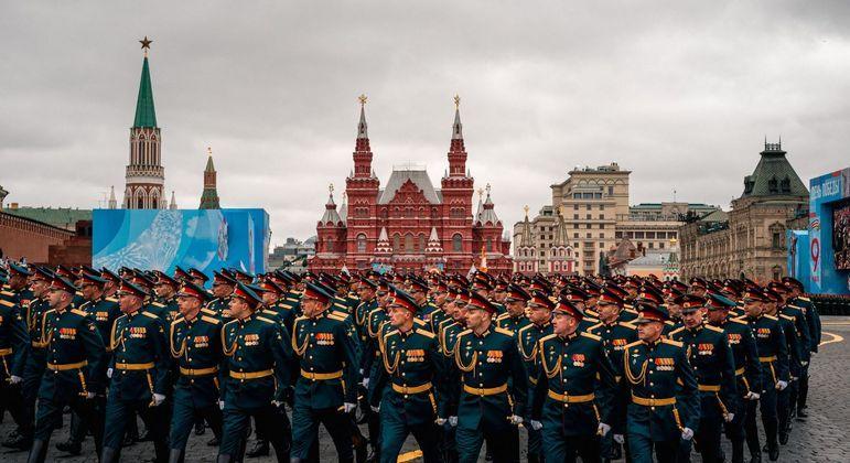 Militares marcham ao longo da Praça Vermelha durante o desfile militar do Dia da Vitória em Moscou