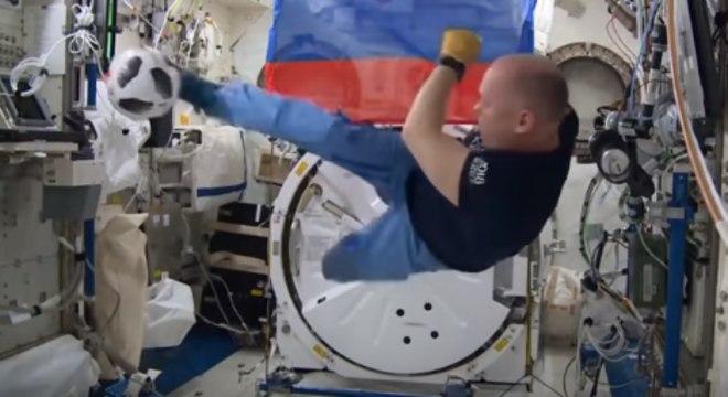 Astronauta joga futebol na Estação Espacial com bola oficial da Copa do  Mundo 0967fed37d2f2