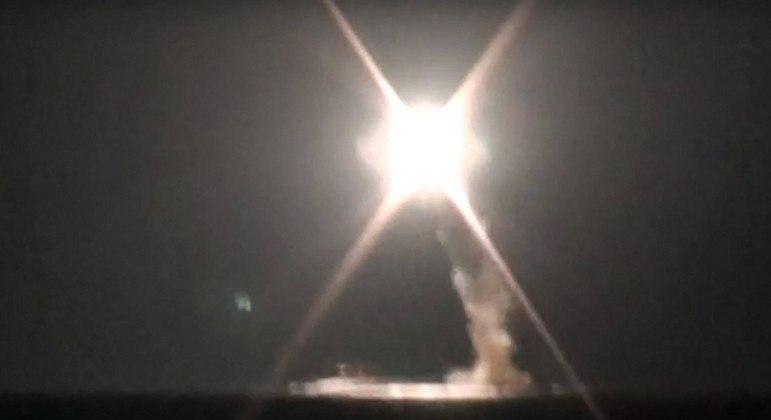 A Rússia anunciou que disparou com sucesso um míssil hipersônico Zircon a partir de um submarino