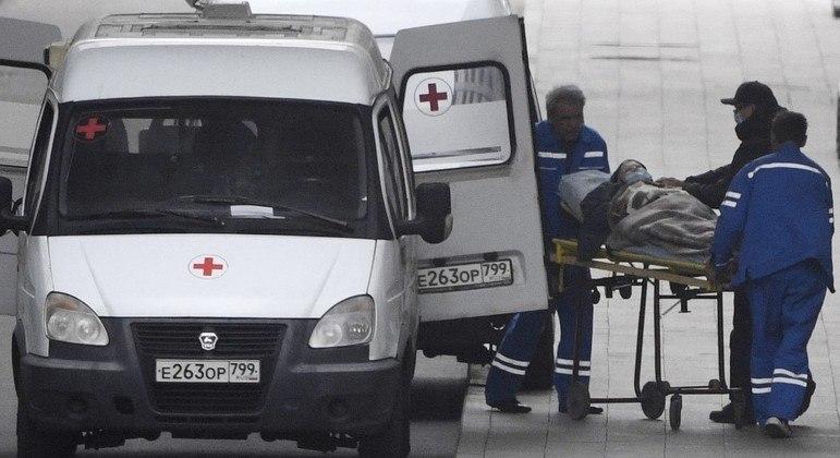 Médicos carregam uma pessoa em uma maca na seção de pacientes infectados pela Covid-19, nos arredores de Moscou
