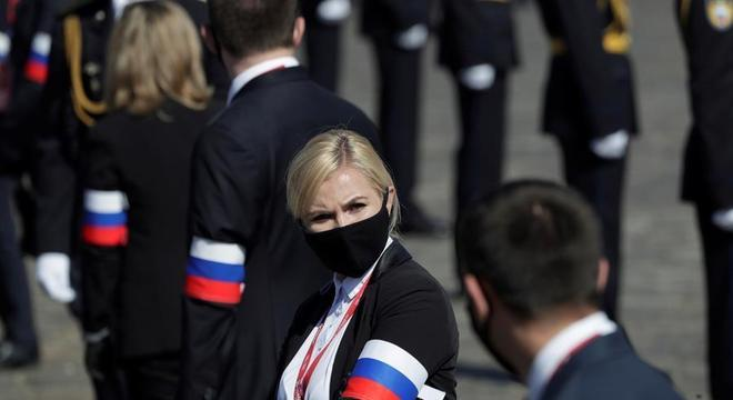 Policial com máscara durante a Parada Militar do Dia da Vitória em Moscou