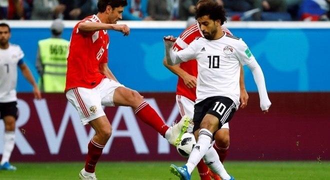 Mo Salah disputa bola com russo Zhirkov durante o 1º tempo da partida