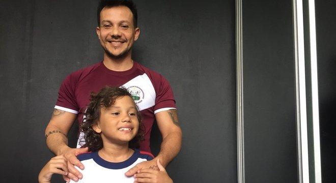 Ruy Pinheiro e seu filho Isaac, de 9 anos, que começou a utilizar o óleo de Cannabis para tratar sintomas de autismo