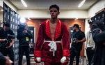 Em 9 de junho de 2016 ele se tornou profissional. Em seu primeiro desafio, ele lutou contra Edgar Meza emTijuana, vencendo a luta por nocaute técnico. Com seu talento, ele logo assinou com uma grande empresa americana de promoção de boxe, a Golden Boy Promotions