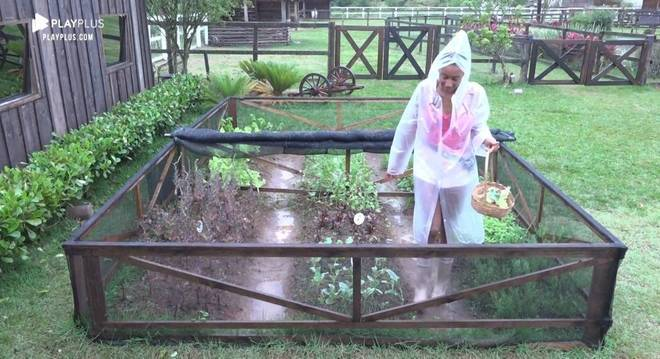 Sabrina Paiva enfrentou a chuva para cuidar da horta e plantas