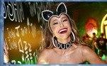 Inspirada em Luma de Oliveira, 20 anos depois, Sabrina Sato usou uma coleira com o nome do marido, Duda Nagle. A apresentadora investiu na peça no Carnaval do Rio de 2018