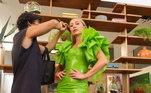 Vestida para arrasar! O modelito verde neon valoriza as curvas e as mangas futurísticas chamam atenção nessa produção. O look fica completo com a sandália nude, que ajuda a dar aquela alongada!