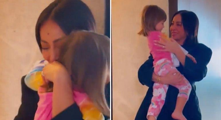 Sabrina Sato chora ao reencontrar a filha após Semana de Moda de Paris