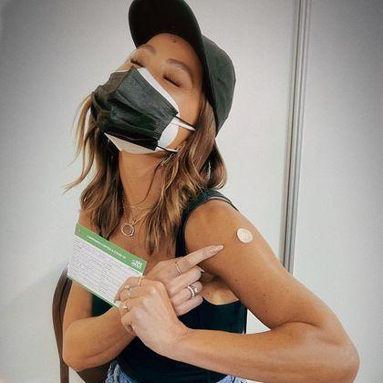 Sabrina Sato recebeu a primeira dose da vacina contra a covid-19 no dia 15 de julho. Ela compartilhou o momento nas redes sociais.