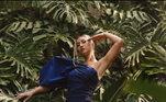 Segura essa pose! Esse modelito azul escuro realça as curvas, enquanto a manga de destaque chama muita atenção. Sabrina ainda combinou o vestido romântico com sandálias nude