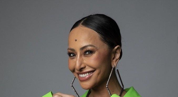 Sabrina Sato comanda o reality show Ilha Record de segunda a sábado