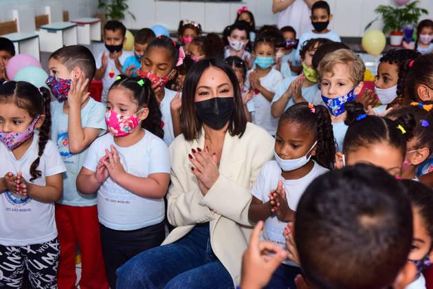 Sabrina Sato distribui presentes para crianças de ONG em São Paulo