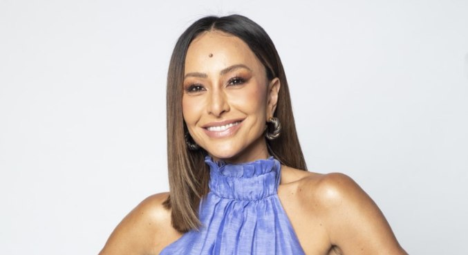 Sabrina Sato está à frente do reality show Ilha Record, que estreia nesta segunda (26)