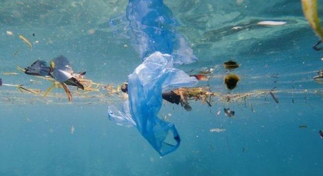 Milhões de toneladas de plástico chegam ao oceano todos os anos