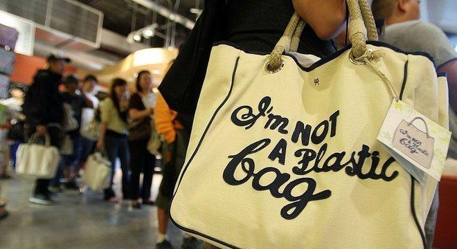 Sacola com a estampa 'I'm not a plastic bag' ('Eu não sou uma sacola plástica', em tradução livre), produzida pela designer inglesa Anya Hindmarch