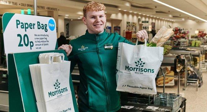 Rede de supermercados britânica está aumentando preço das sacolas de plástico reutilizáveis e oferecendo outras de papel