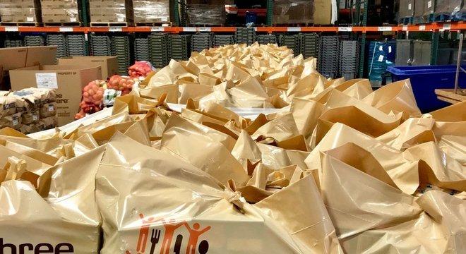 O banco de alimentos Three Square, em Las Vegas, suspendeu a distribuição de comida em 170 das 180 entidades parceiras e passou a operar 21 locais em sistema de 'drive-thru'