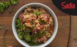 Se você quer preparar um prato fácil, rápido e muito saboroso, pode apostar em um risoto de linguiça, tomate e rúcula. A linguiça toscana da Sadia é tão versátil que você pode misturá-la ao arroz arbóreo ou carnaroli para trazer ainda mais sabor e cor ao prato e combiná-la ao tomate e a rúcula. Dá para fazer em 35 minutos e receber elogios o resto da semana. Acompanhe a receita completa aqui