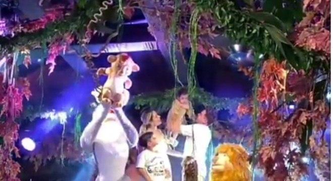Safadão com sua família na pedra do reino na decoração da festa