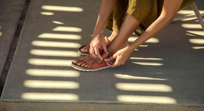 Saiba como usar a sandália birken, que voltou à moda