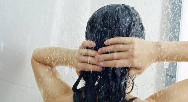 Saiba o que é shampoo low poo e como aproveitar seus benefícios