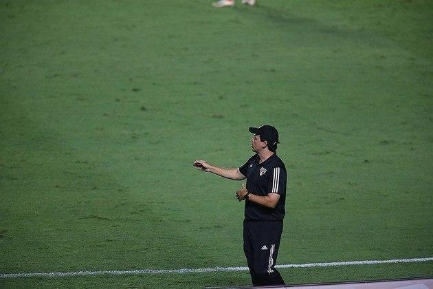 Saída de Fernando Diniz - No dia 1º de fevereiro, o treinador Fernando Diniz foi demitido do São Paulo. Daniel Alves, um dos grandes defensores do técnico, também passou a ser alvo da torcida, que pediu sua saída devido ao rendimento abaixo do esperado.
