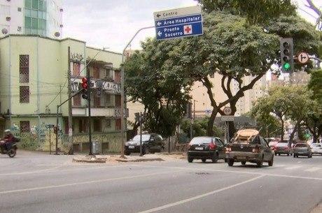 Homem foi assaltado ao parar em sinal vermelho