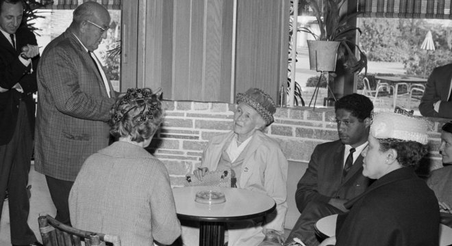 A mãe do governador de Massachusetts, que aparece nesta foto com Robert Hayling, também foi presa em Saint Augustine