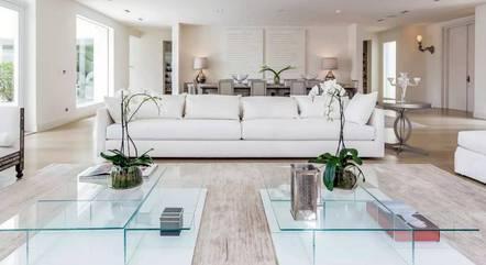 Sala minimalista da mansão