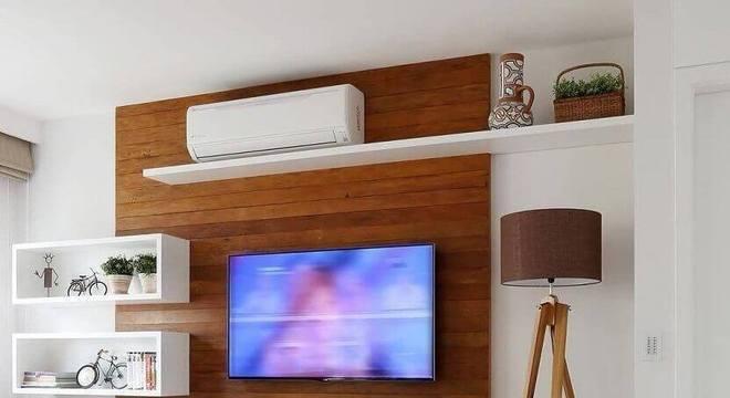 sala clean decorada com rack com painel de madeira