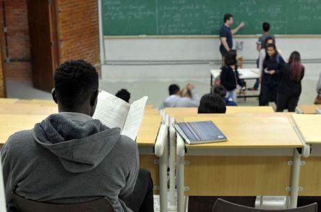 Estudantes devem retomar aulas em casa