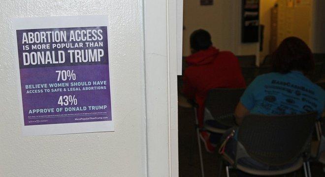 """Sala de espera na Hope tem cartaz que diz que """"o acesso ao aborto é mais popular do que Donald Trump"""""""
