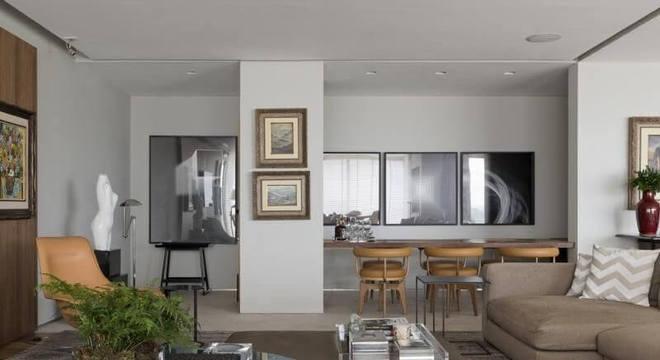 Sala de estar com mesa redonda baixa e puff Projeto de Roberto Migotto